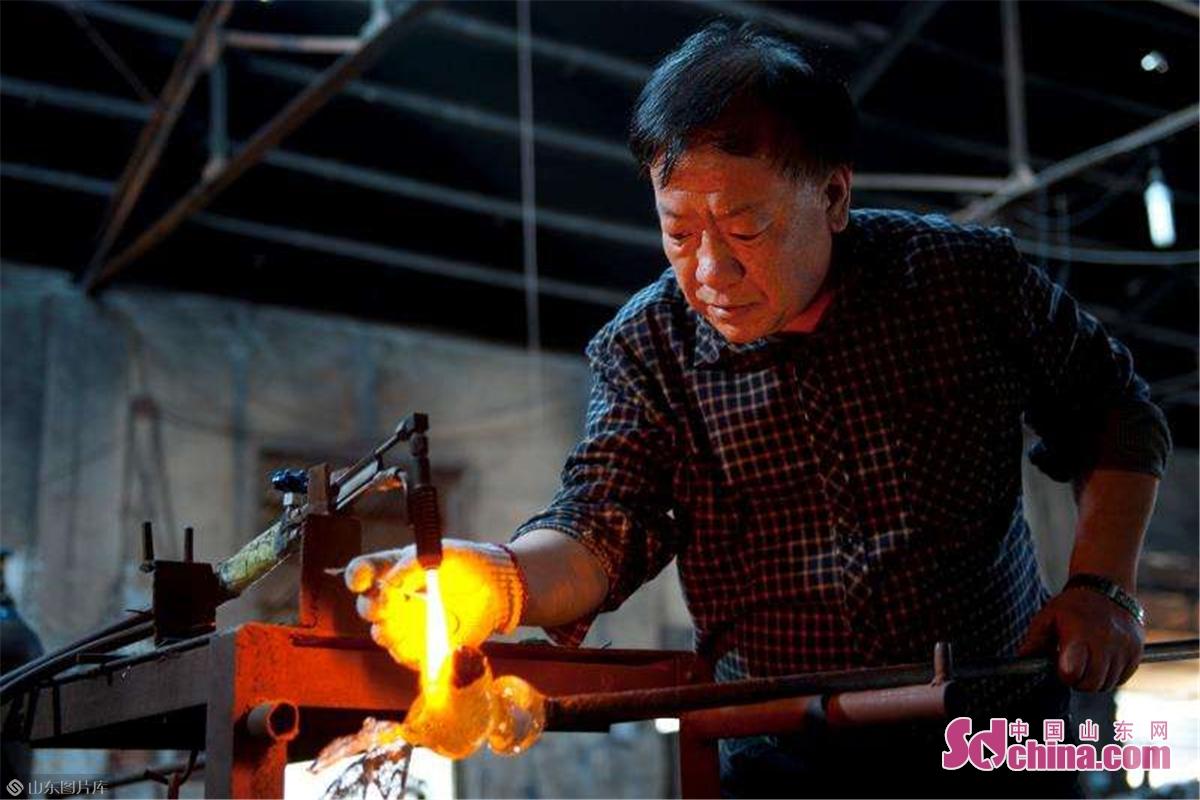 <br/>  博山是中国琉璃之乡,近千年来吹制琉璃制作技艺源远流长,期间产生了众多琉璃大师,徐月柱就是其中的佼佼者之一。2001年,徐月柱被中国轻工联合会、中国日用琉璃协会评为首届&ldquo;中国玻璃艺术大师&rdquo;。<br/>