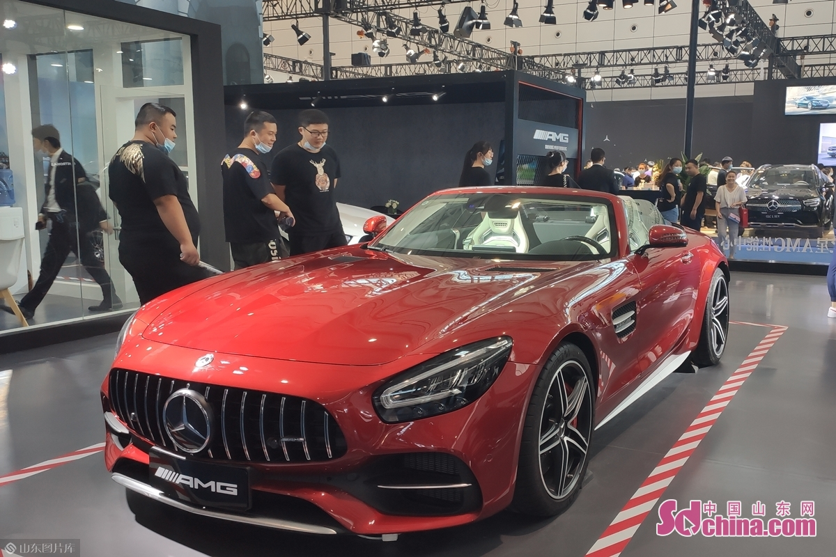 <br/>  有不少独具特色的车型亮相本次车展,在奔驰AMG展台上,一款外观时尚的红色跑车吸引了众多人围观拍照、讨论。据悉,这款AMG GT C敞篷跑车目前售价220万元左右,这个颜色、配置的车型国内仅此一辆。<br/>