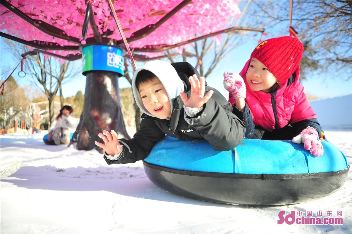 <br/>  2021年1月1日,跑马岭景区内两名儿童乘雪圈滑雪。<br/>  2021年元旦当天,跑马岭&middot;齐鲁雪乡正式开业,跑马岭首届齐鲁雪乡文化节也正式启动。跑马岭&middot;齐鲁雪乡是山东首家雪乡主题度假区,其游乐区分为七大主题:雾凇大道、冰雪童话主题乐园、雪地越野、精灵与神兽、梅花鹿和TA的朋友们、雪狼战场、雪豹观景区。跑马岭&middot;齐鲁雪乡项目是省内首创,与其他冰雪项目差异化明显,独具特色,能够勾起人们对儿时冬天的回忆。<br/>