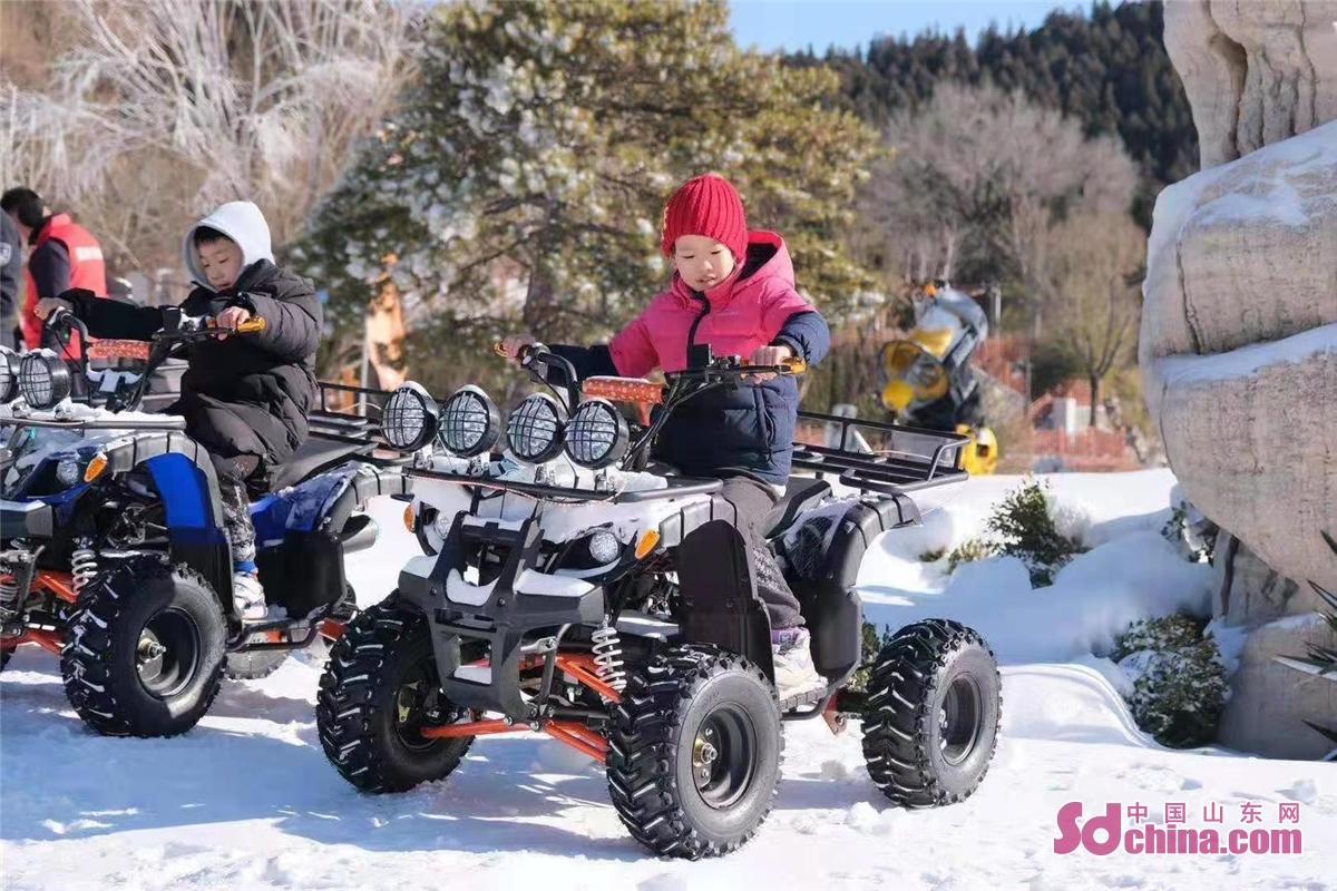 <br/>  2021年1月1日,景区内两名儿童在休闲越野车上游玩。<br/>  2021年元旦当天,跑马岭&middot;齐鲁雪乡正式开业,跑马岭首届齐鲁雪乡文化节也正式启动。跑马岭&middot;齐鲁雪乡是山东首家雪乡主题度假区,其游乐区分为七大主题:雾凇大道、冰雪童话主题乐园、雪地越野、精灵与神兽、梅花鹿和TA的朋友们、雪狼战场、雪豹观景区。跑马岭&middot;齐鲁雪乡项目是省内首创,与其他冰雪项目差异化明显,独具特色,能够勾起人们对儿时冬天的回忆。<br/>