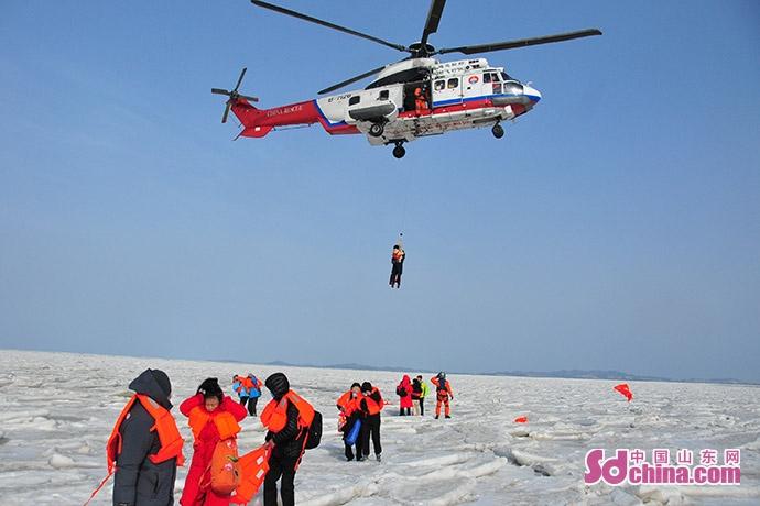 天富测速登录地址59名游客被困浮冰 直升机等多种力量紧急出动营救