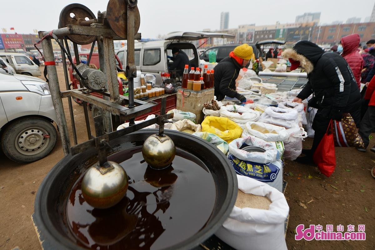 <br/>  人们在年货大集选购五谷杂粮。