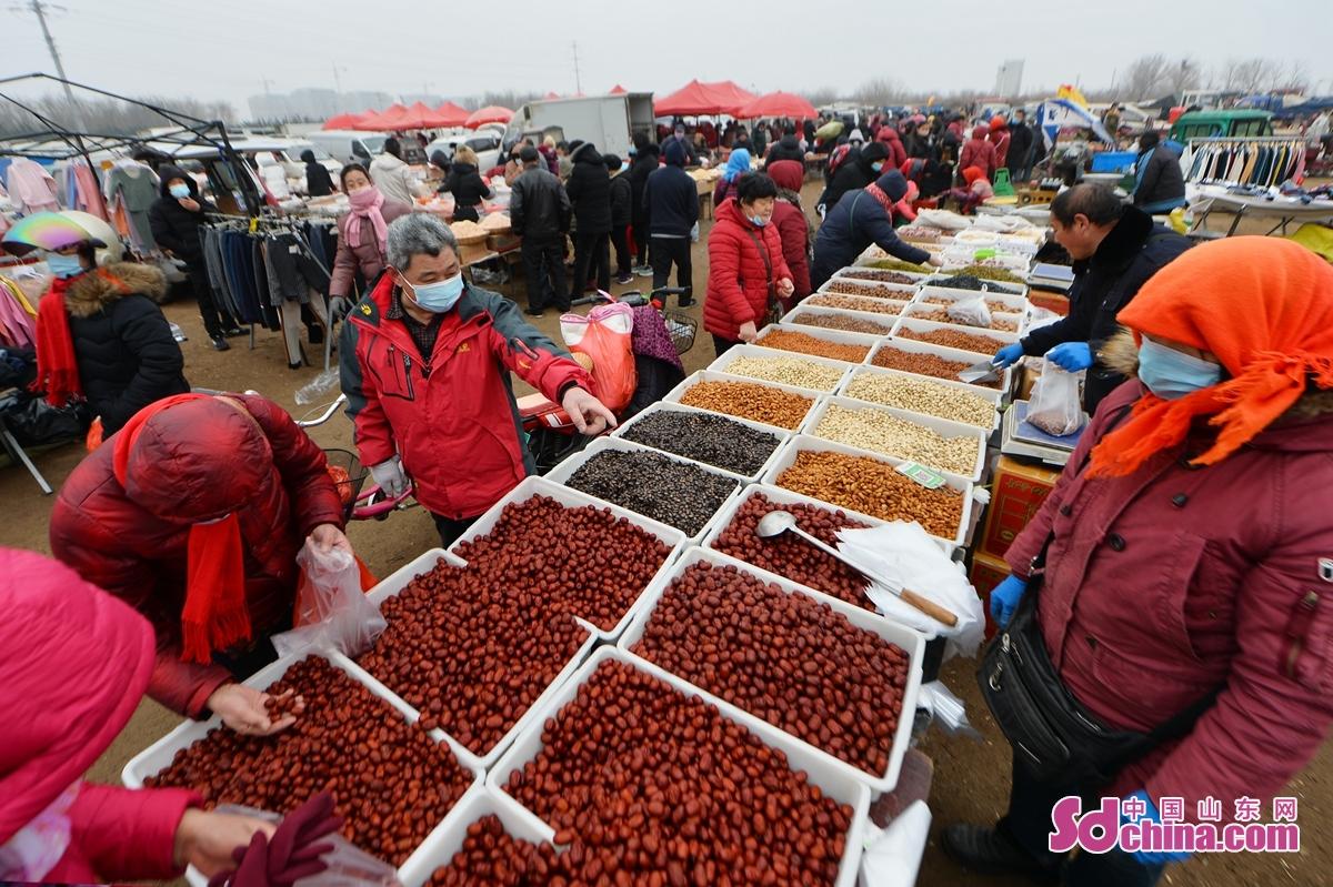 <br/>  人们在年货大集选购红枣。<br/>