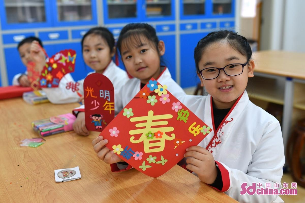 <br/>  学生展示自己制作的手工贴画。<br/>