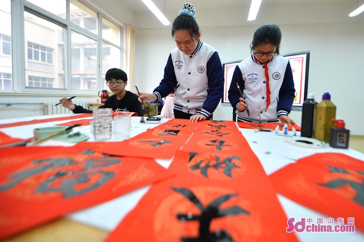 <br/>  学生为新年书写春联。<br/>