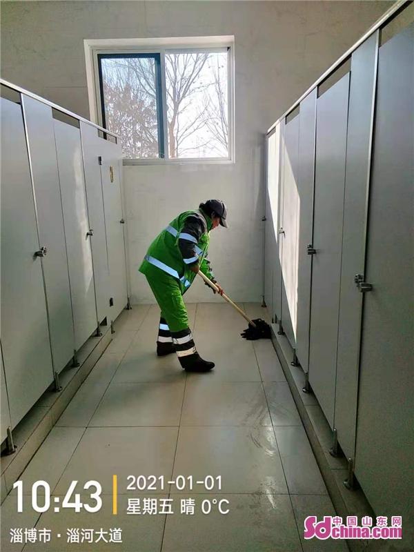 <br/>  公共场所卫生非常重要,环卫工人仔细的清理公共厕所的边边角角。<br/>