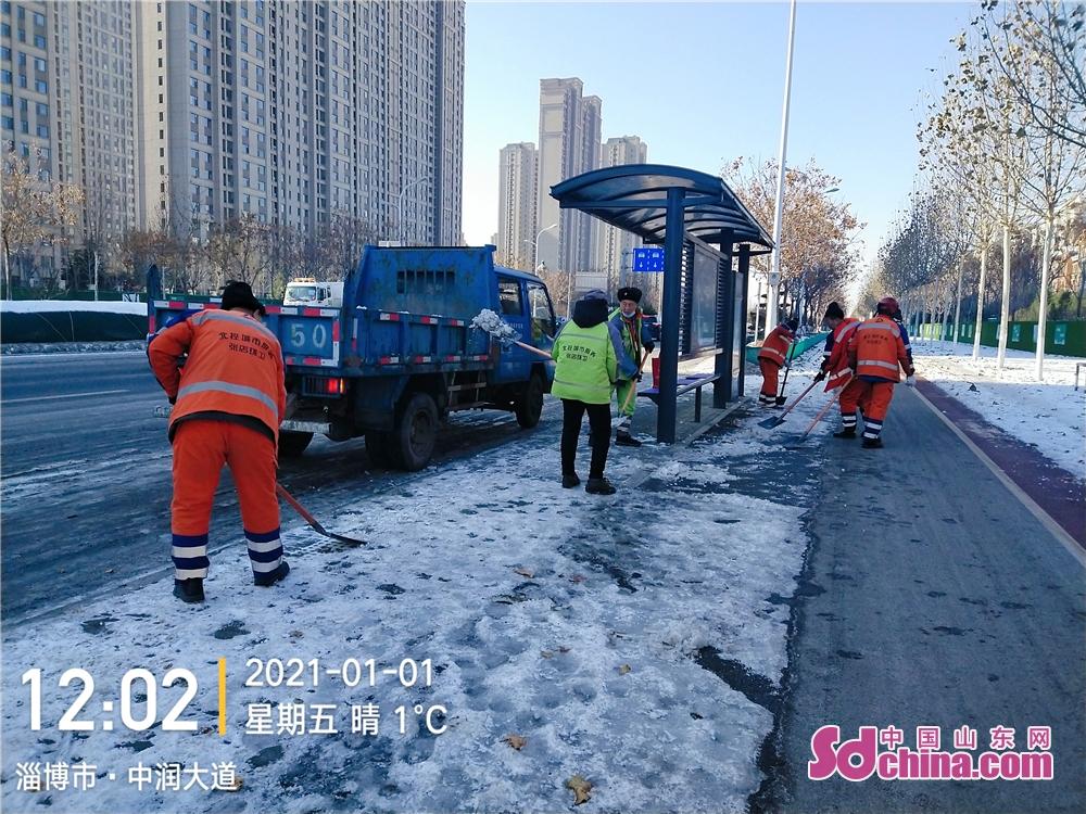 <br/>     一场降雪后,为保障道路出行安全,环卫工人们即时清理道路积雪。<br/>