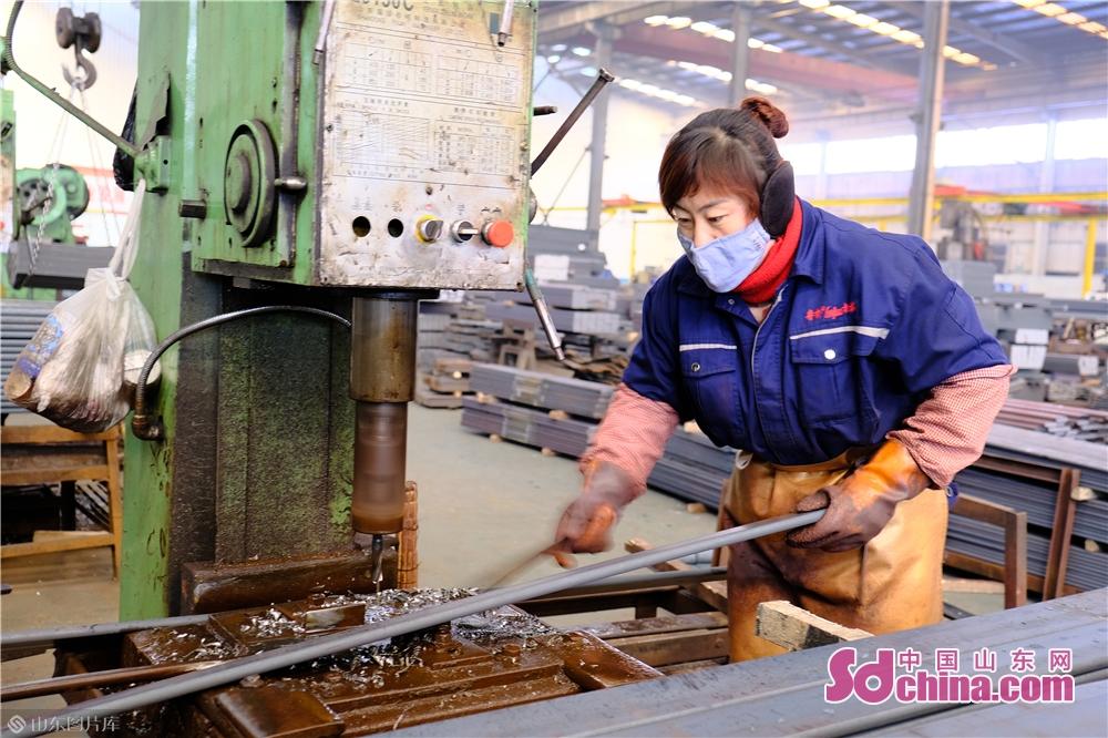 <br/>     在鲁桥机械制造有限公司的生产车间内,坚守岗位的一线职工。<br/>