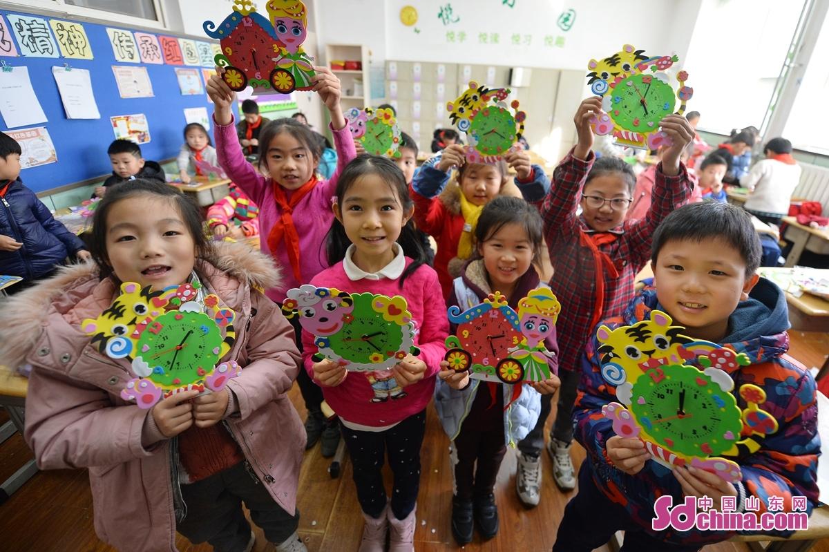 <br/>  在青岛市吉林路小学&ldquo;趣味科普课堂&rdquo;上,学生们展示安装好的时钟DIY。