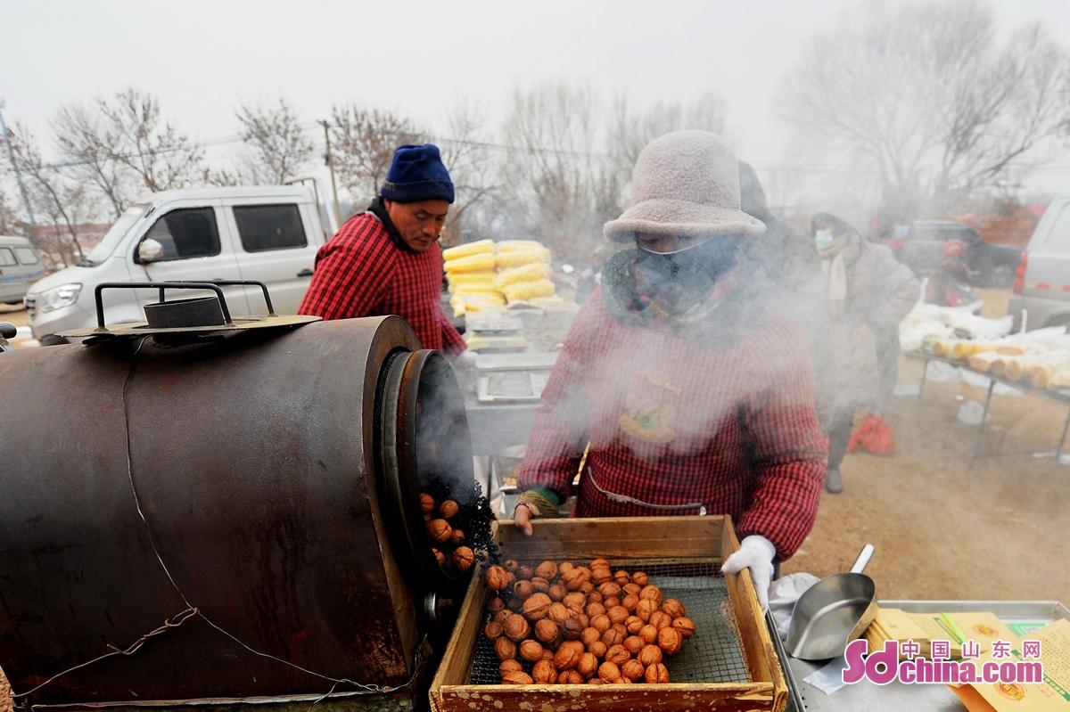 <br/>   마침 새 해를 맞은 시기에 산동성 청도시 성양구 홍도거리의 시장에서 인기가 뜨거워 졌다. 매일 신선한 해산물과 전통 음식 거리 등 시장에 모이게 되니 많은 시민을 이끌어 오게 하고 기쁘게 새 해를 맞은다.<br/>