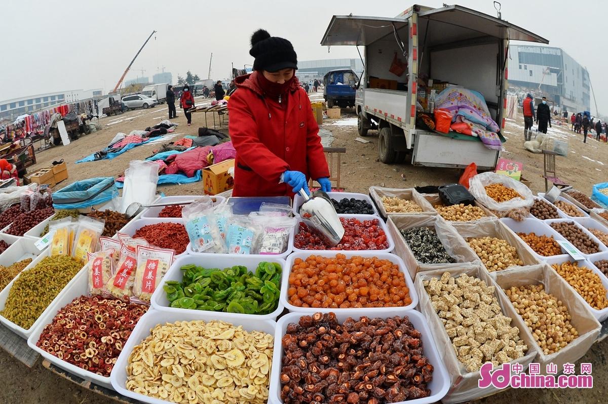 <br/> <br/>  마침 새 해를 맞은 시기에 산동성 청도시 성양구 홍도거리의 시장에서 인기가 뜨거워 졌다. 매일 신선한 해산물과 전통 음식 거리 등 시장에 모이게 되니 많은 시민을 이끌어 오게 하고 기쁘게 새 해를 맞은다.<br/>