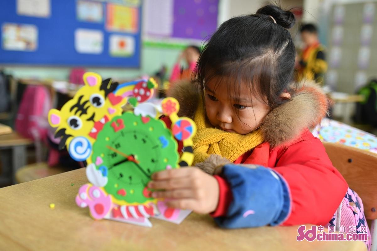 <br/>  在青岛市吉林路小学&ldquo;趣味科普课堂&rdquo;上,一名学生在调整时钟DIY。<br/>
