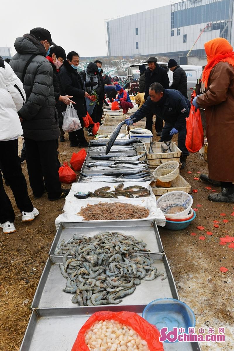 <br/>   마침 새 해를 맞은 시기에 산동성 청도시 성양구 홍도거리의 시장에서 인기가 뜨거워 졌다. 매일 신선한 해산물과 전통 음식 거리 등 시장에 모이게 되니 많은 시민을 이끌어 오게 하고 기쁘게 새 해를 맞은다.