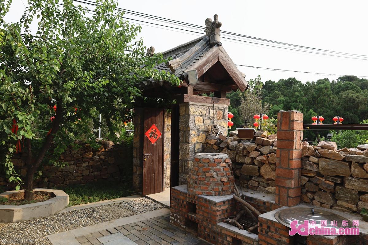 <br/>  夫子洞的院子于 2021 年 5 月正式开始营业。民宿的 6 个小院,分别以孔子的仁、义、礼、智、信、和为主题进行了再创作。<br/>