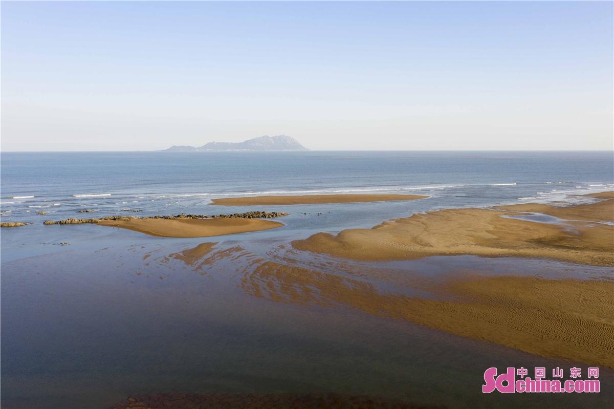<br/>  2021年10月12日,山东青岛西海岸新区灵山湾风光满目,美不胜收。金色的海滩,蔚蓝的海湾,涌动的海面,飘摇的渔船,一起组合成了一道金秋海滨美丽的风景线,赏心悦目,令人流连忘返。<br/>