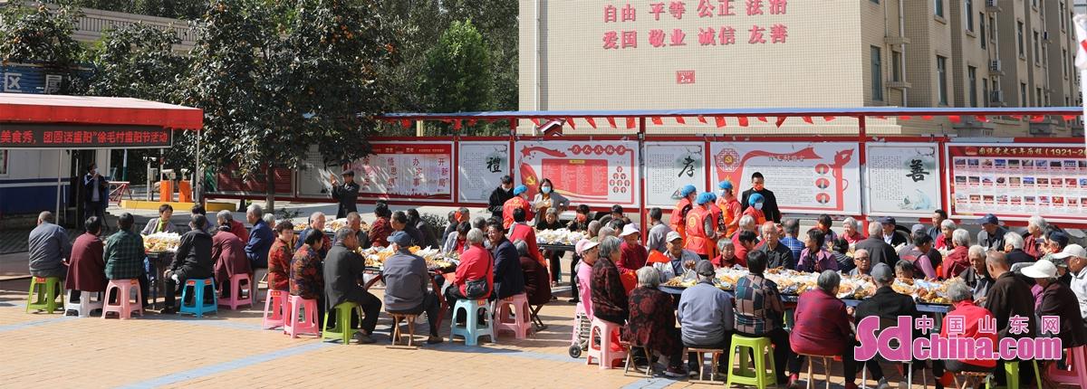 <br/>  2021年10月12日,山东省邹平市高新街道徐毛村的老人们围坐在一起叙旧聊天品美食。<br/>