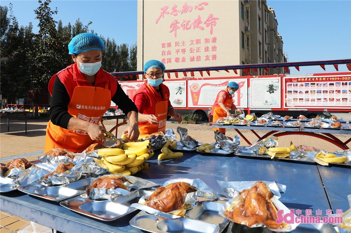 <br/>  2021年10月12日,山东省邹平市高新街道徐毛村的志愿者为老人们准备节日美食。<br/>