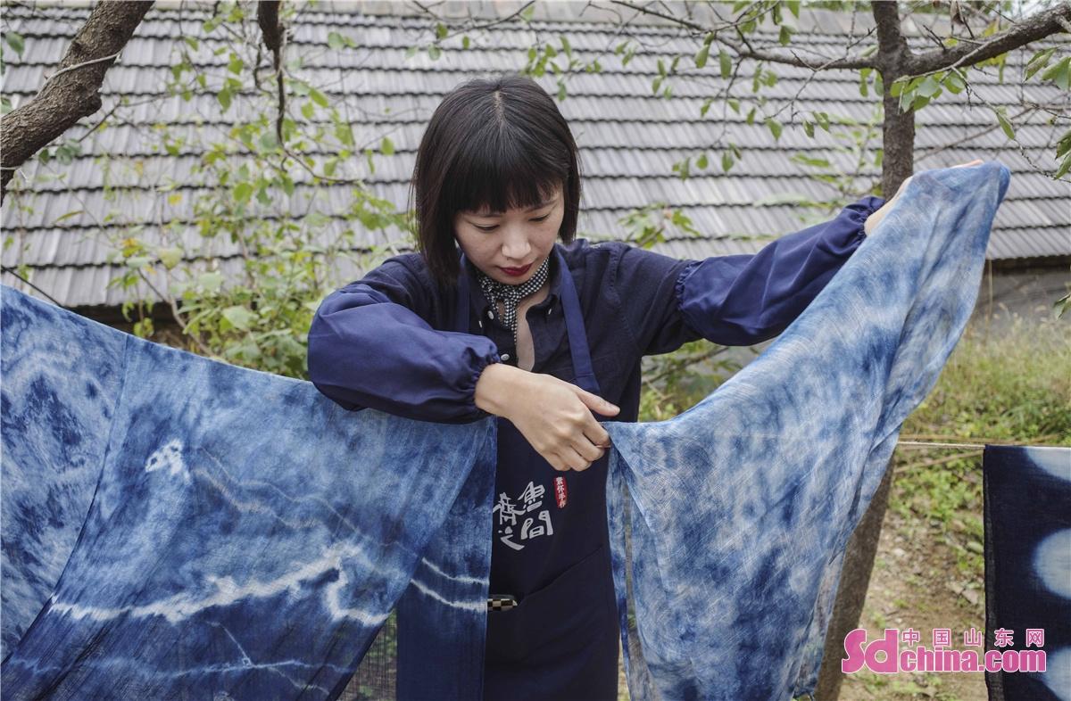 <br/>  一块蓝染布,隐匿于扎染的千年时光,闻得见诗经的味道。国家级非遗蓝染技艺,用简单、原始的蓝白两色创造了一个淳朴自然、千变万化的艺术世界。<br/>