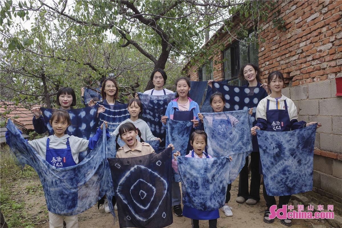 <br/>  留住文化之根,传承非遗之魂,是保证中华民族优秀传统文化生生不息的根本。参加蓝染体验课的小朋友和市民和游客展示自己的蓝染作品。<br/>