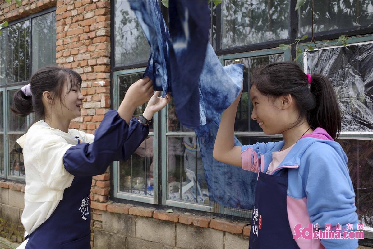<br/>  晾晒自己蓝染作品的孩子们,充满了劳作的欢欣。<br/>