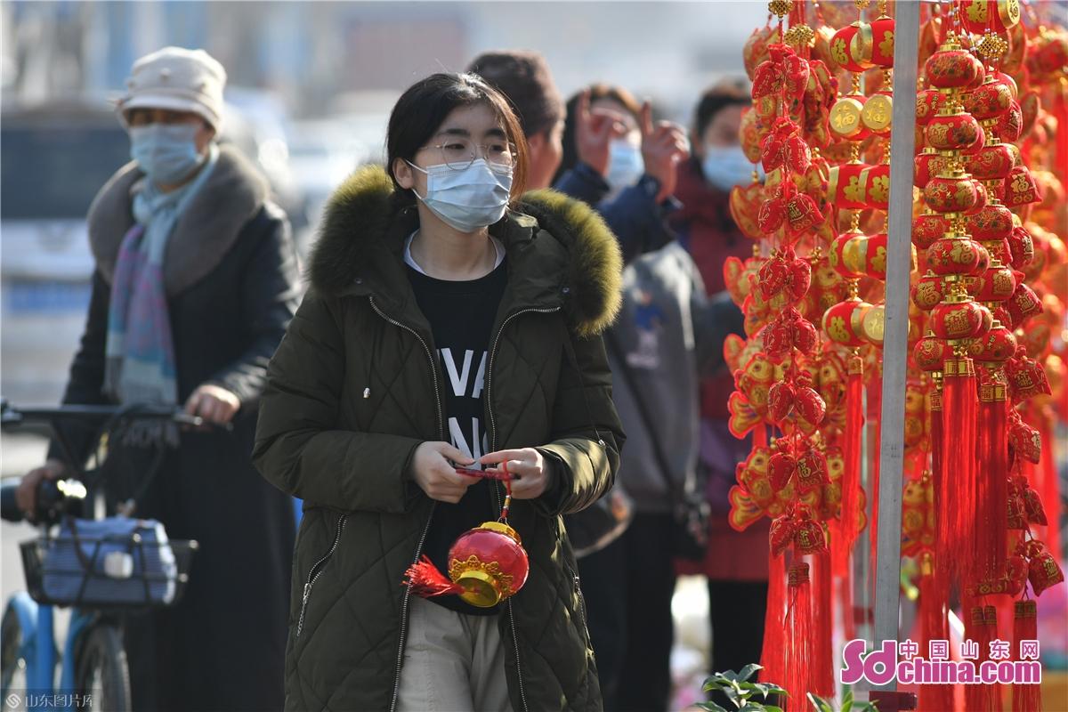 <br/>  2021年1月30日,市民在青岛市城阳年货大集选购饰品。<br/>