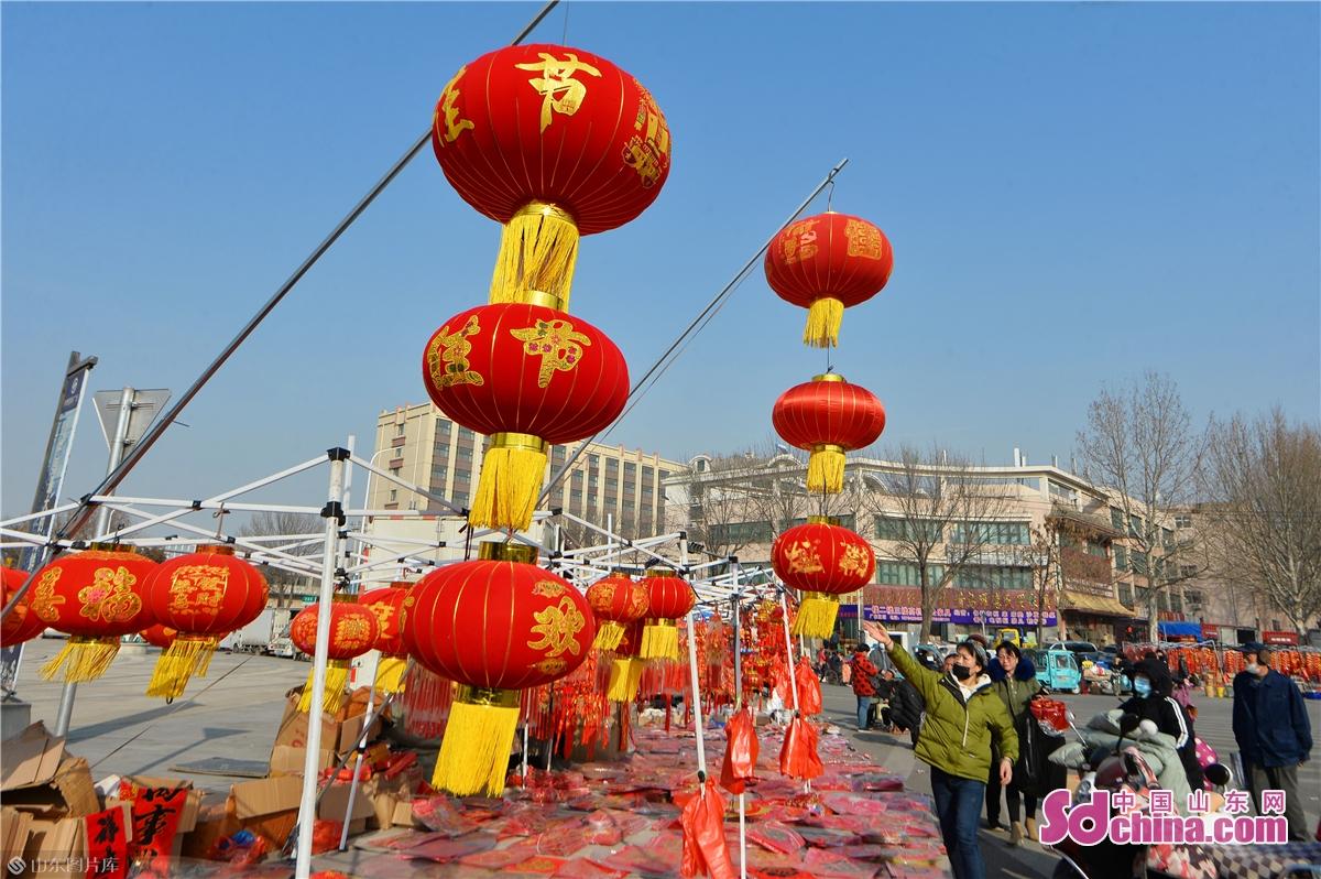 <br/>  2021年1月30日,市民在青岛市城阳年货大集上选购红灯笼。<br/>