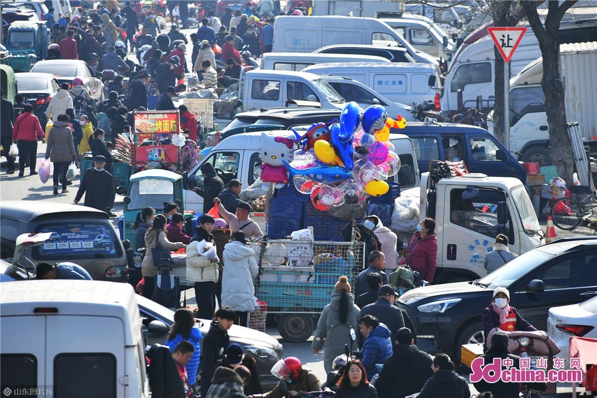<br/>  2021年1月30日,市民在青岛市城阳年货大集上购物游玩,十里长街充满&ldquo;人间烟火味&rdquo;。