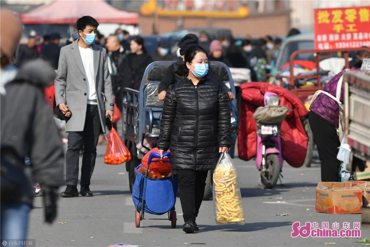 <br/>  2021年1月30日,市民在青岛市城阳年货大集上购物游玩,十里长街充满&ldquo;人间烟火味&rdquo;。<br/>