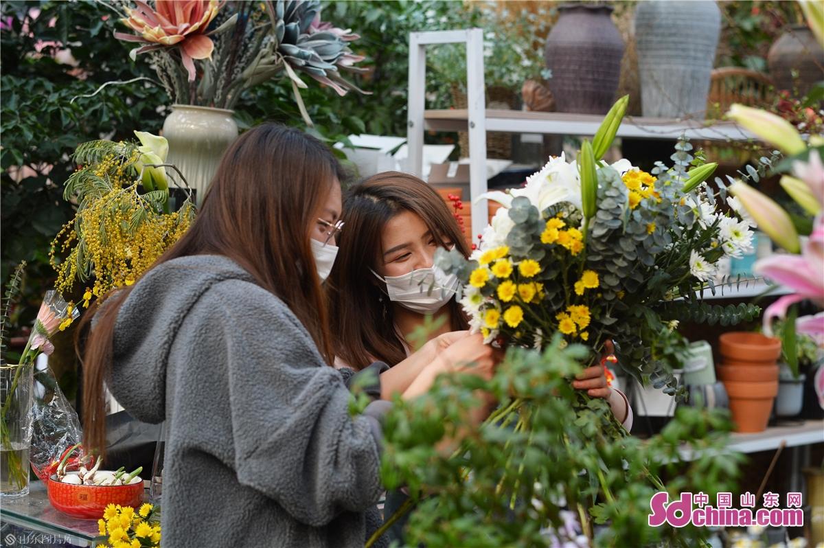<br/>  市民が花木市場で花を選んで購入している。<br/>