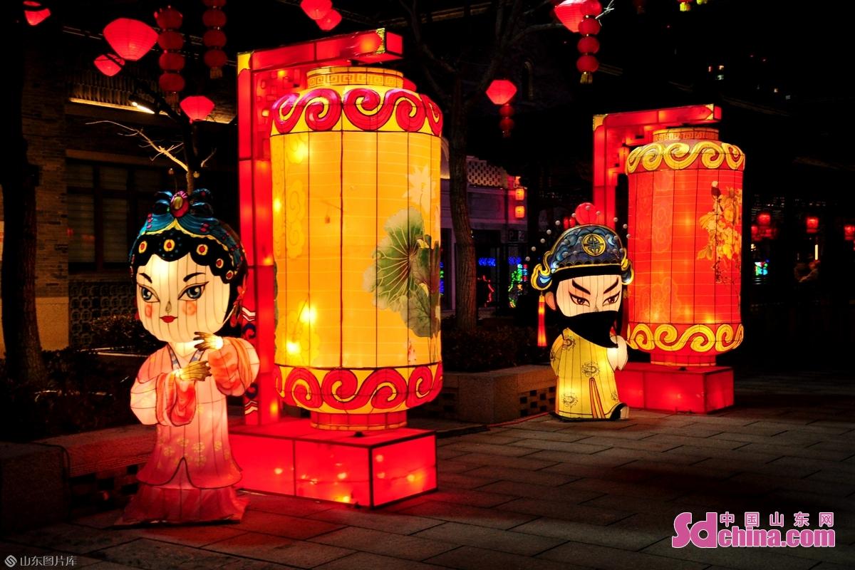 <br/>  古城内传统戏剧造型的花灯。<br/>