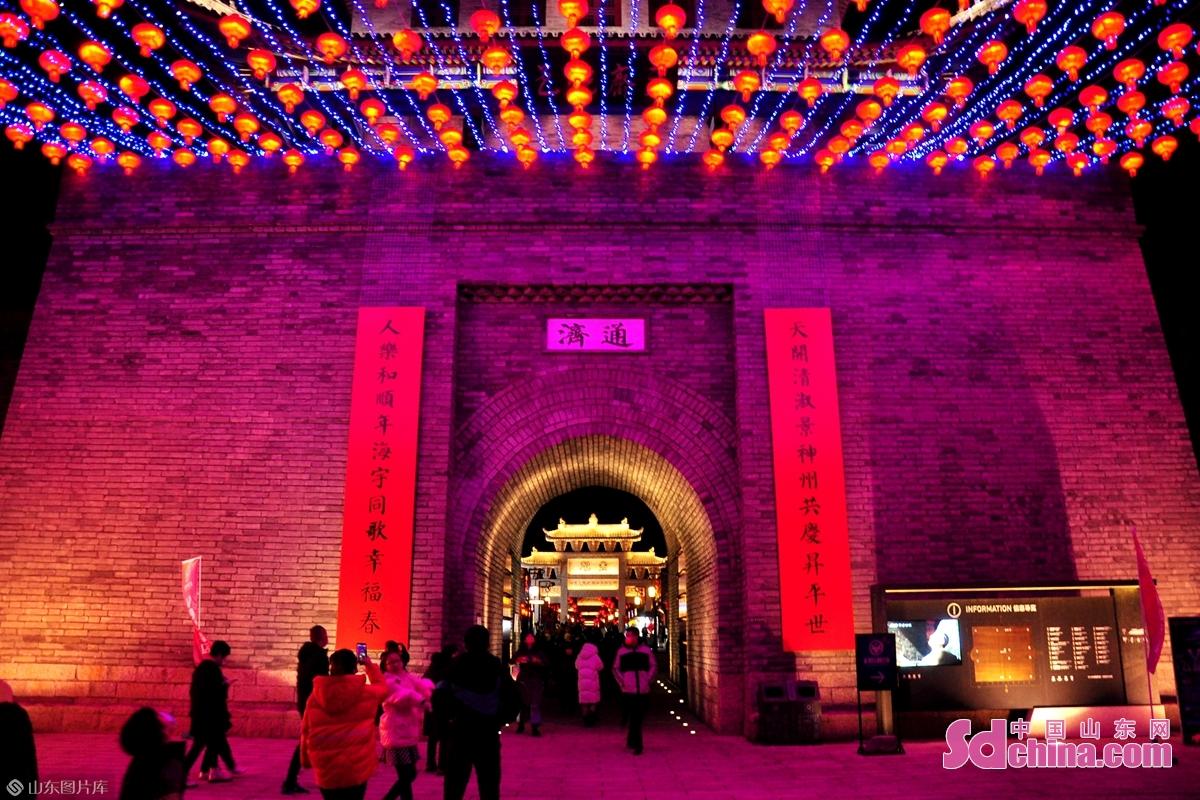 <br/>  除夕夜众多市民进入古城观美景品民俗。<br/>