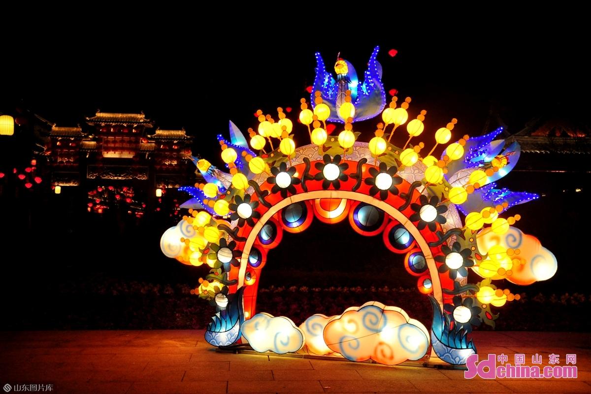 <br/>  城内戏剧头面造型的花灯成为网红打卡地。<br/>
