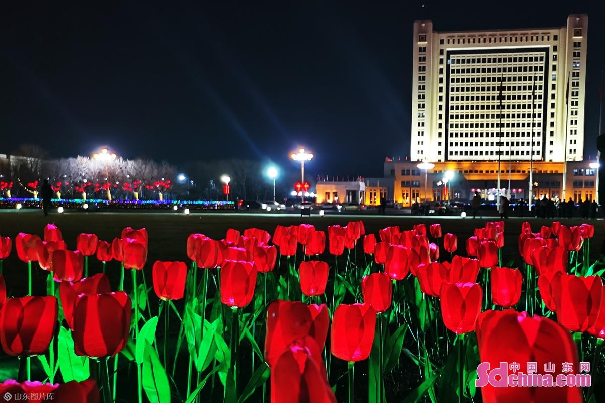 <br/>       春节里,整个城市被五彩斑斓的花灯照靓,像披上了节日的盛装,为春节增添了浓浓的节日气氛。(图文 郑美芹)<br/>