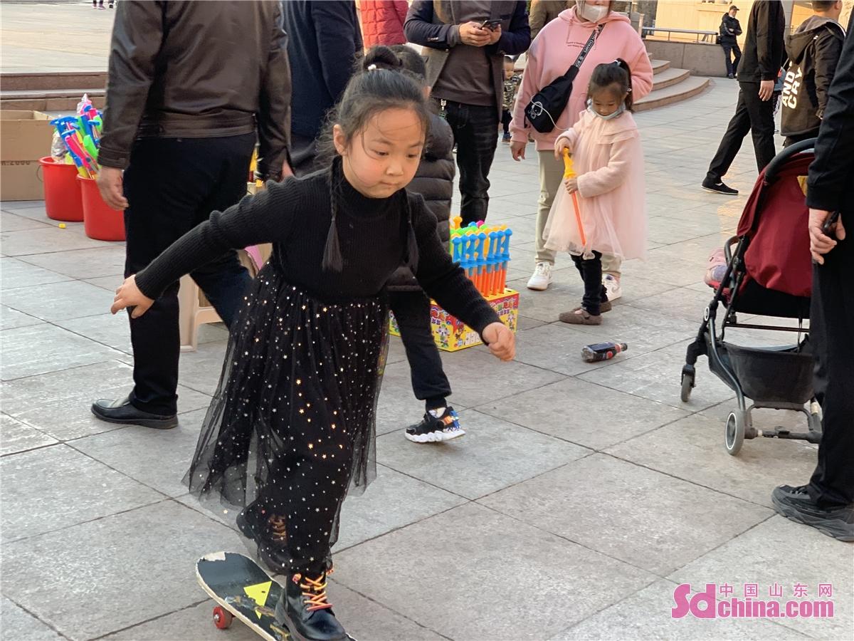 <br/>  图为春节期间的泉城广场。<br/>  今天(2月17日)是春节假期最后一天。而今年,由于疫情原因,济南市民在春节期间减少了外出,用实际行动来支持政府号召,就地过年。今年春节,济南各个娱游玩场所以及公园广场景区等,比往年人气要高一些,特别是一些商场、餐饮广场、公园、电影院,明显比以往春节期间人气旺。<br/>