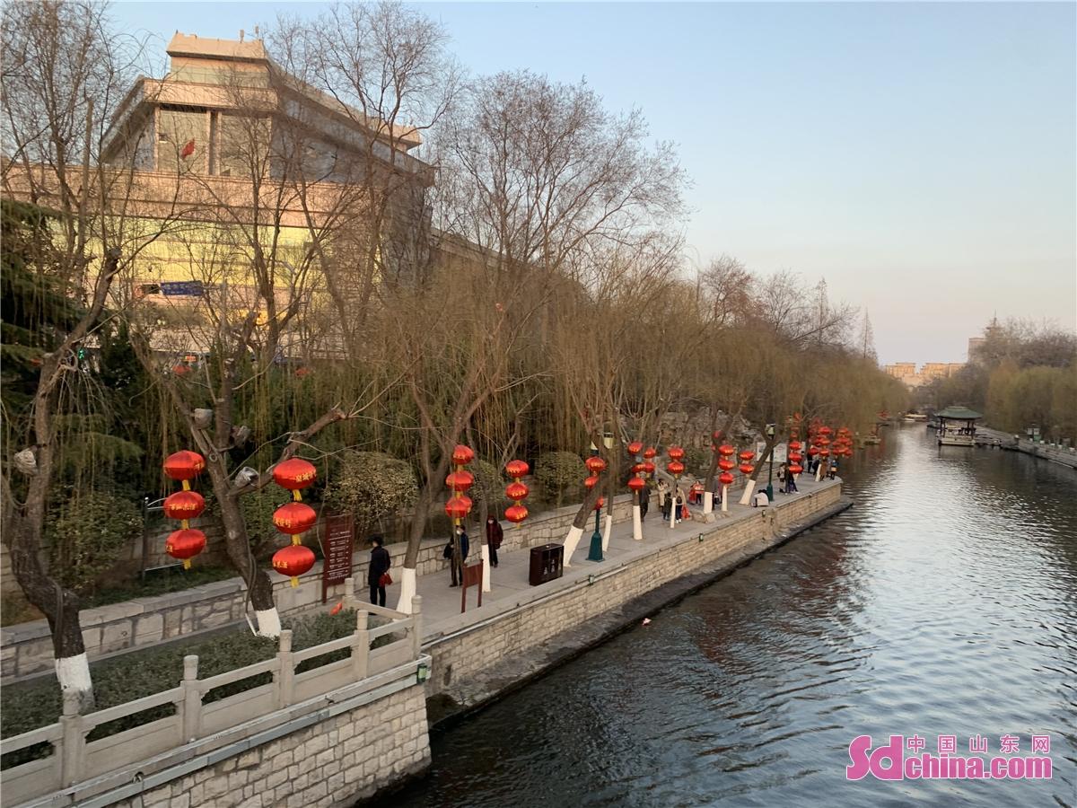 <br/>  图为春节期间的护城河岸。<br/>  今天(2月17日)是春节假期最后一天。而今年,由于疫情原因,济南市民在春节期间减少了外出,用实际行动来支持政府号召,就地过年。今年春节,济南各个娱游玩场所以及公园广场景区等,比往年人气要高一些,特别是一些商场、餐饮广场、公园、电影院,明显比以往春节期间人气旺。<br/>