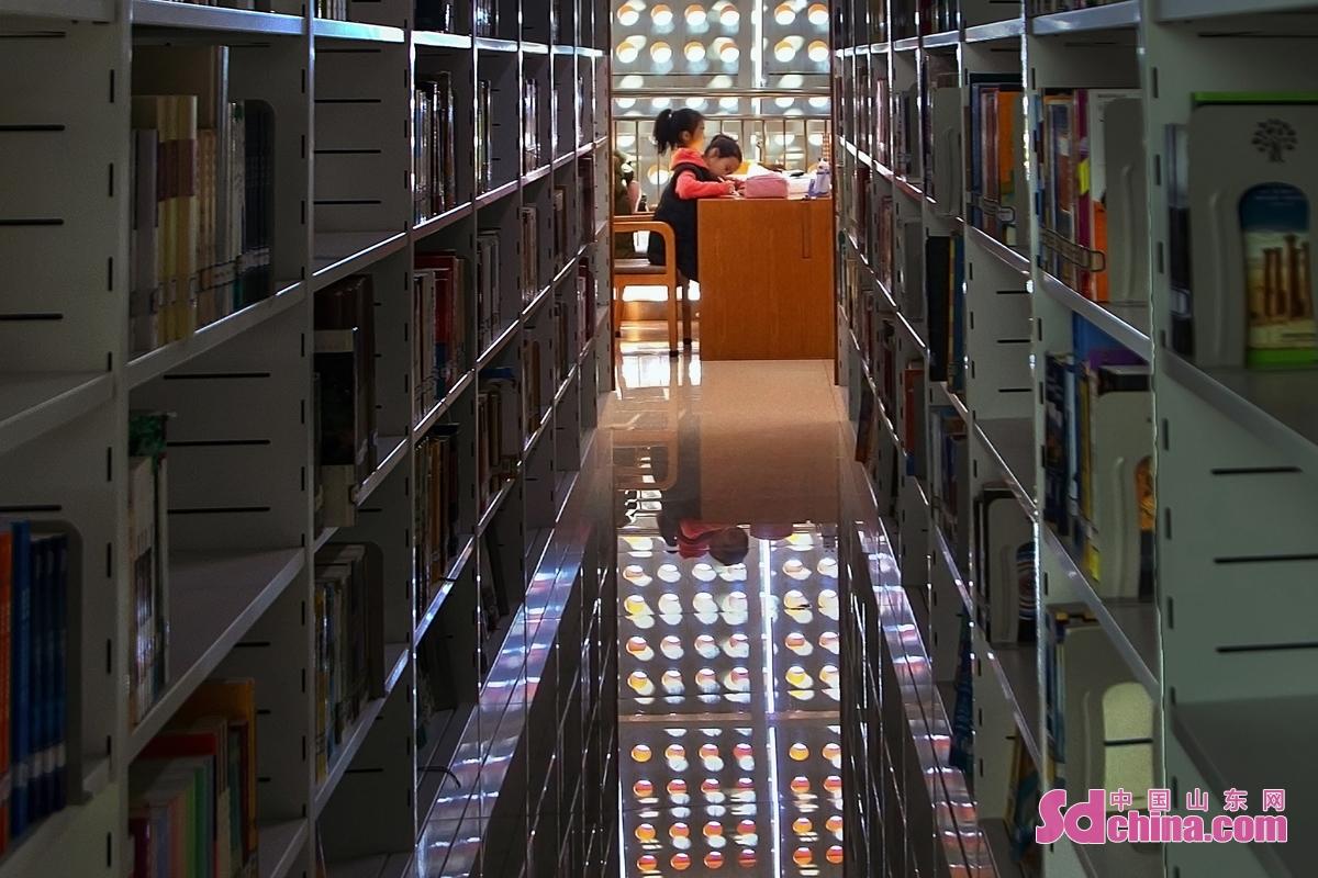<br/>春节假期,不少家长选择陪孩子到图书馆开启新的一年,让孩子们在阅读中快乐地成长。(图文 马仁亮)<br/>