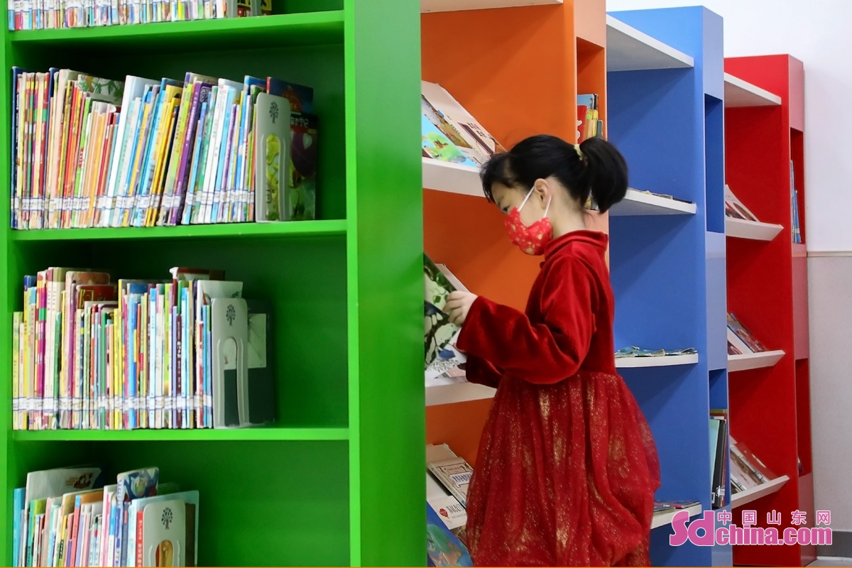 <br/>春节假期,不少家长选择陪孩子到图书馆开启新的一年,让孩子们在阅读中快乐地成长。(图文 马仁亮) <br/>