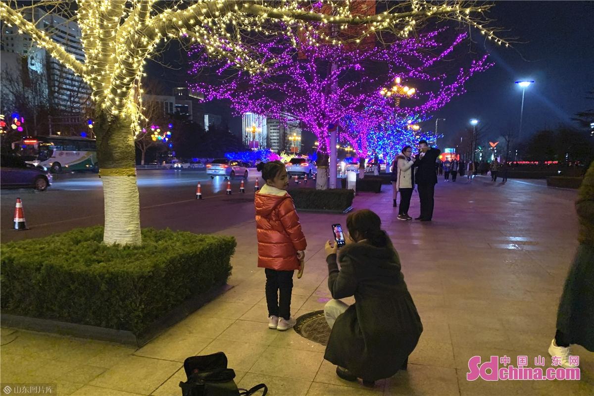 <br/>  2021年新春期间,潍坊人民广场开启夜景灯光大秀,万千华灯齐放,把城市点缀得绚丽多彩,美轮美奂。夜幕降临,华灯初上,繁华的道路上,绚丽多彩的灯光演绎出流光溢彩的潍坊夜景,增添了浓浓的年味。流光溢彩的潍坊市人民广场,也成为了&ldquo;打卡圣地&rdquo;。不少市民纷纷前来打卡,观灯赏景拍照留念。<br/>