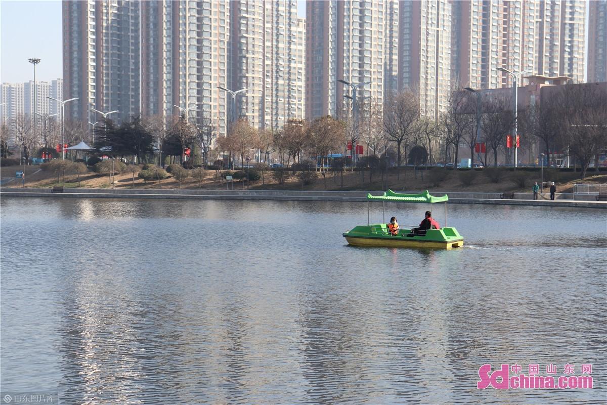 春风习习,微风和煦,赵王河公园里,市民和亲友泛舟河上。<br/>