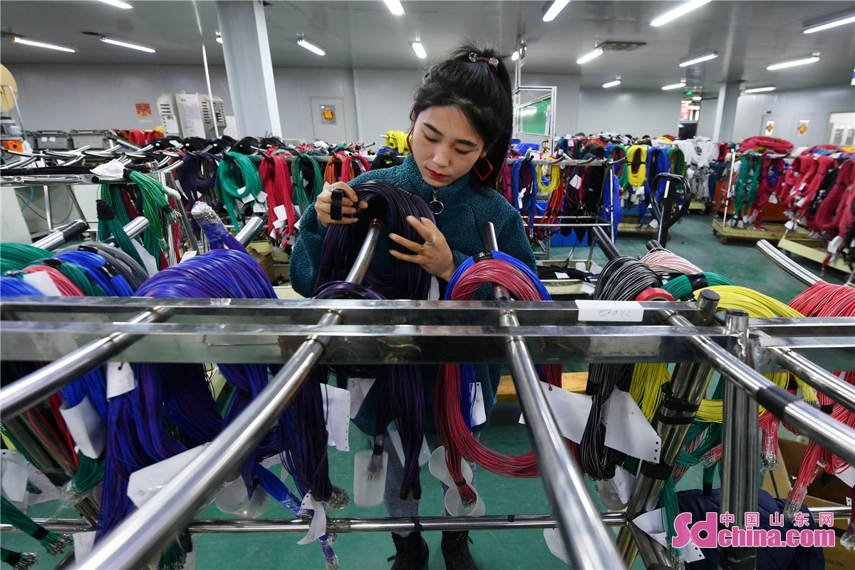 After the Spring Festival, large private enterprises in Qingdao, East China's Shandong Province, began production at full capacity to meet market demand. (Photo by Wang Haibin)<br/>