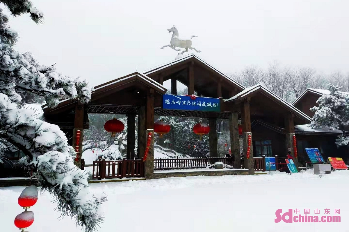 <br/>On the evening of February 24, the first snowfall in the Year of Ox (starting from the Chinese New Year, February 12 this year) hit Jinan. Paomaling Scenic Spot in the mountainous area in the mountainous area in the south of Jinan turns into a fairyland of ice and snow.<br/>