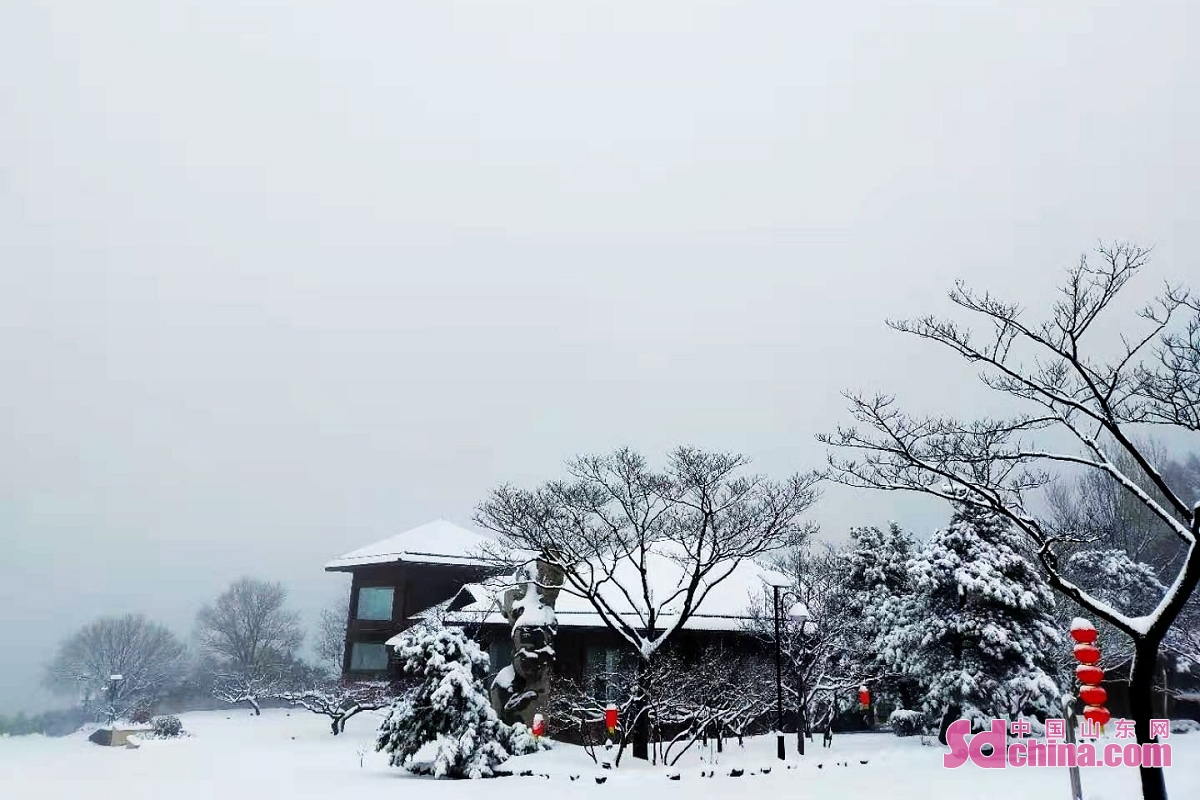 <br/>On the evening of February 24, the first snowfall in the Year of Ox (starting from the Chinese New Year, February 12 this year) hit Jinan. Paomaling Scenic Spot in the mountainous area in the mountainous area in the south of Jinan turns into a fairyland of ice and snow.