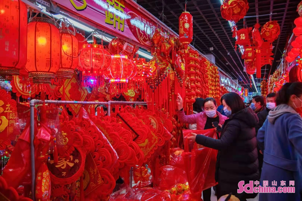 <br/>  2月26日元宵节,许多市民选购心仪的花灯,喜迎佳节。(图文 马仁亮)<br/>