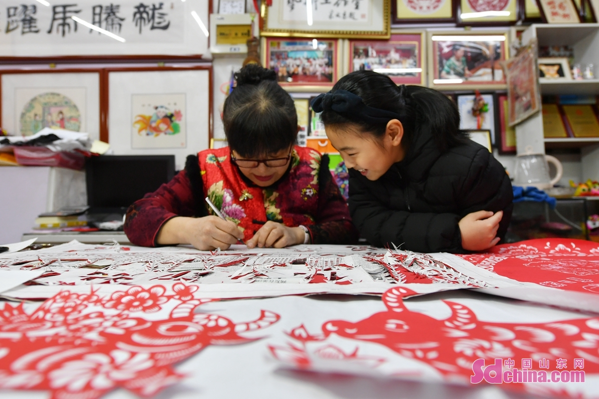 """Recently, artists from Chengyang District of Qingdao City, Shandong Province, created a series of paper-cut works with the theme of """"Welcome the Spring Festival with colorful cultures"""", to encourage people to celebrate the Lunar New Year of the Ox while guarantee the epidemic prevention and control.<br/>"""