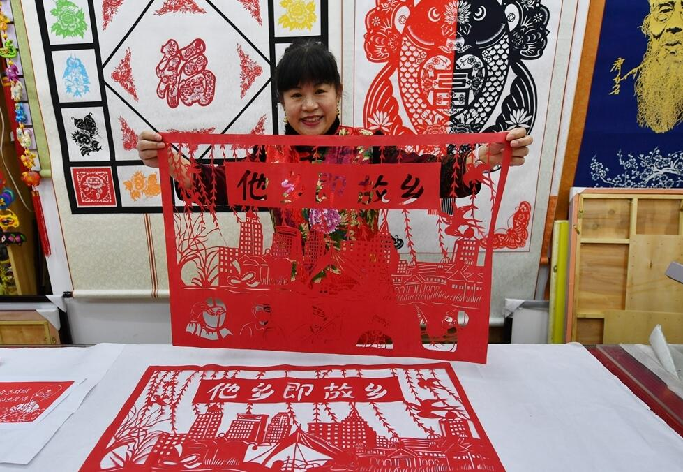 In pics: Artists in Qingdao welcome Spring Festival with paper-cutting