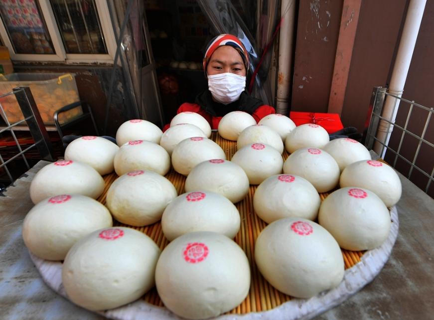 青島:正月の前、無形文化遺産の饅頭が人気商品に