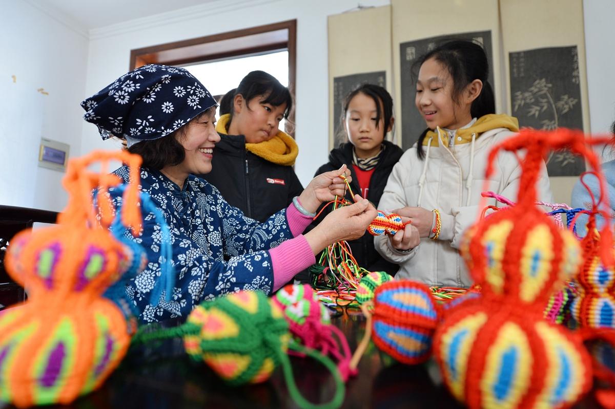 小学生たちは旧正月の民俗体験や伝統文化を体験