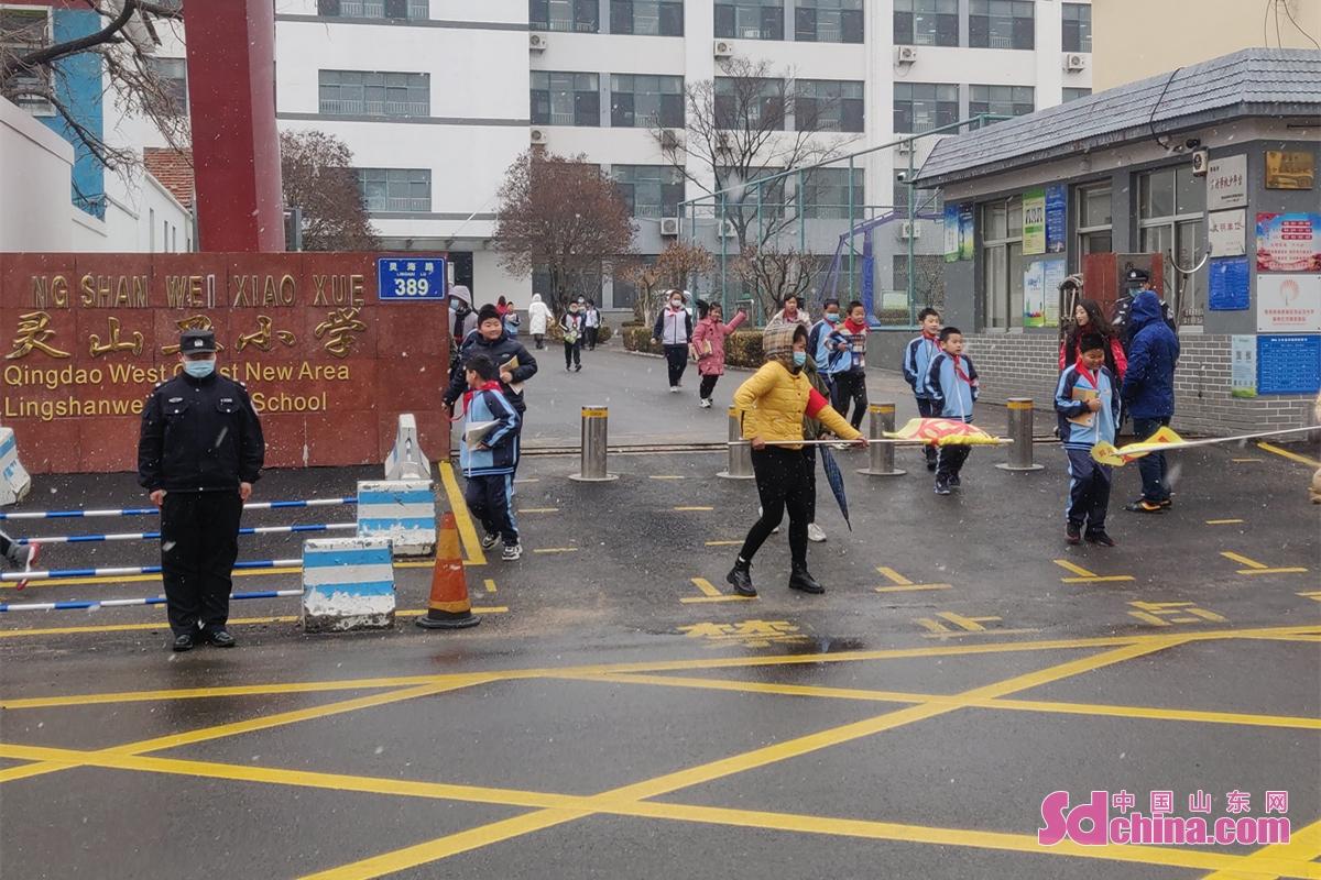 <br/><br/>   图为3月1日开学第一天,青岛市黄岛公安分局组织各派出所开展护校安园活动。<br/>