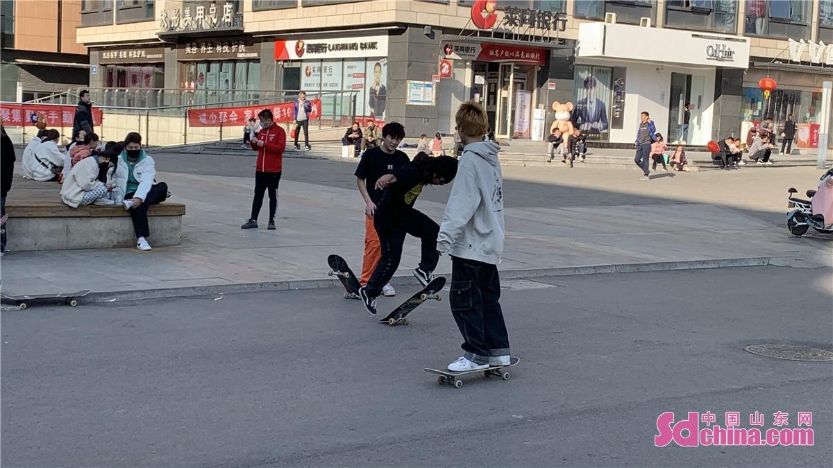 <br/>  不少青少年趁周末相约滑板。<br/>