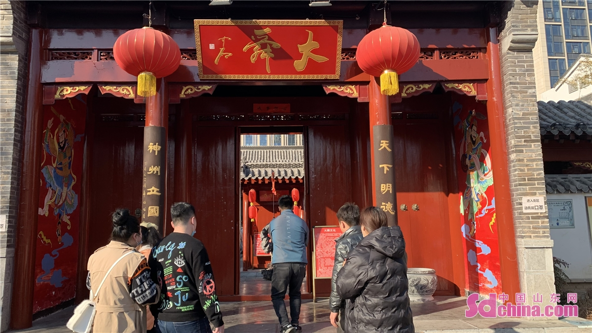 <br/>  游客进入舜帝庙游览。<br/>
